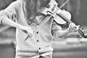 Ajatusjohtaja ei kisaile joka käänteessä, vaan pikemminkin johtaa orkesteria ja sovittaa sen sävelet yhteen.