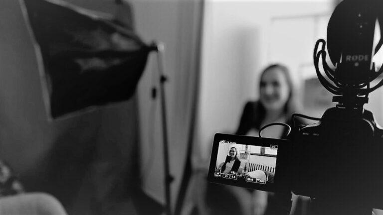 Jenna Lehmussaaren blogin mustavalkoinen kuvituskuva, jossa on ihminen kameran kuvattavana studiossa