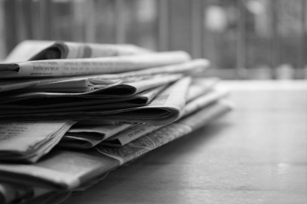 pöydällä on pino sanomalehtiä